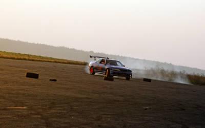 """Drift – poślizg kontrolowany i """"niezupełnie"""" bezpieczna nauka jazdy"""