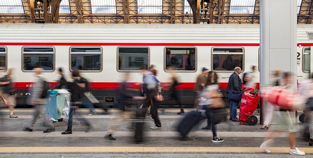 Pociąg czy samolot? Kiedy kolej jest lepszym rozwiązaniem